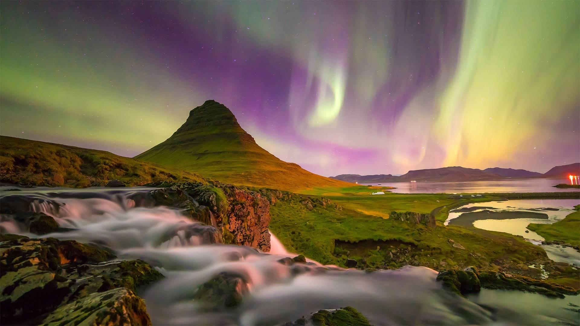 Aurora boreale a Kirkjufell mountain in iceland