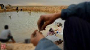 Berberi fanno un bagno in un'oasi nel deserto del Sahara