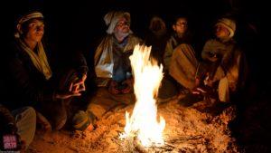 Pastori Rebaia intorno al fuoco ripresi nel viaggio fotografico con fotografia e viaggi