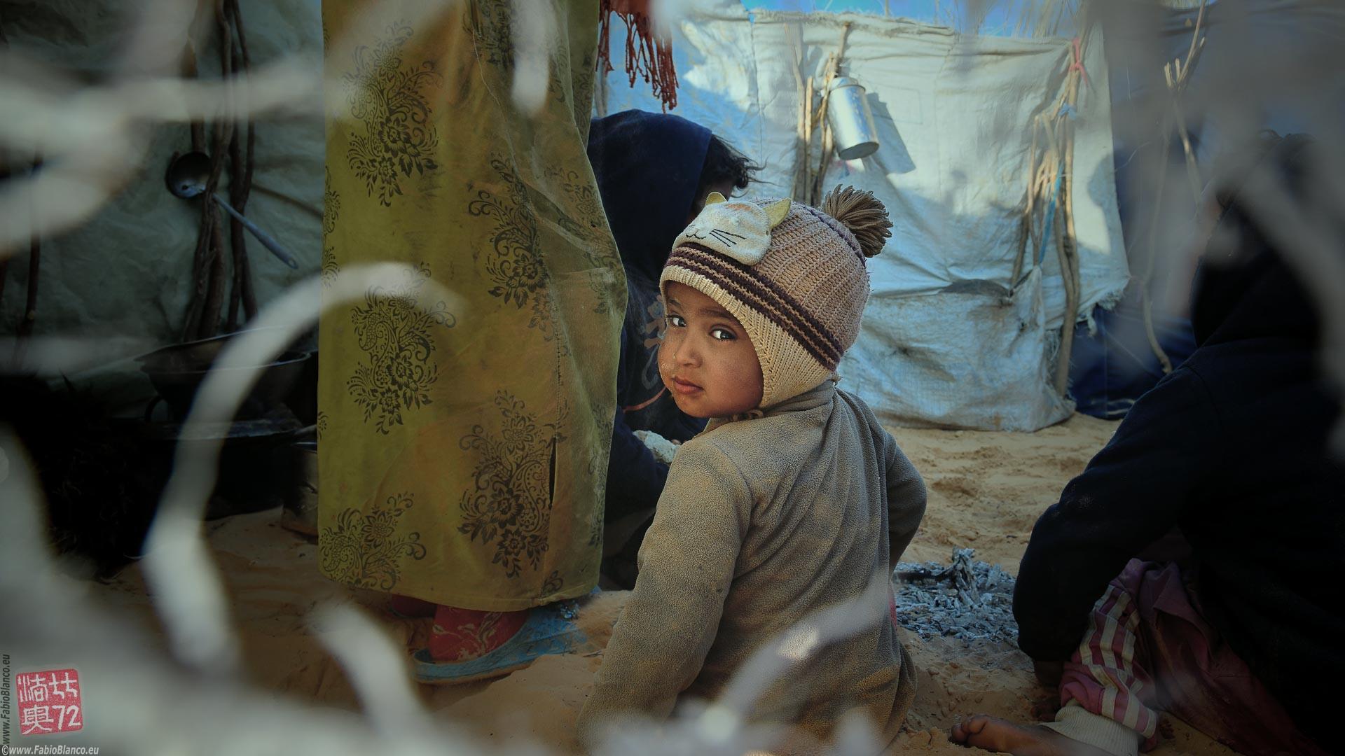 Lo sguardo di un piccolo Rebaia durante un viaggio fotografico nel deserto