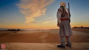 Un cacciatore nel deserto fotografato in un workshop fotografico