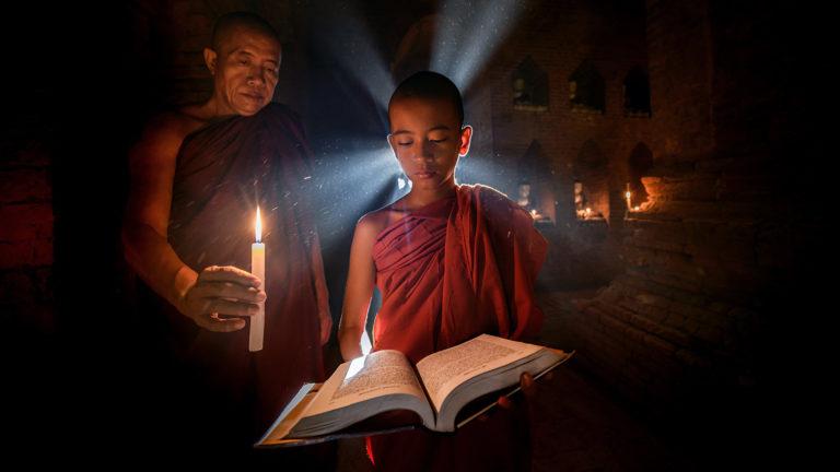 Un monaco illumina la conoscenza al suo allievo, scattata durante i viaggifotografici con www.FOTOGRAFIAeVIAGGI.com